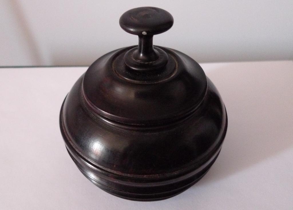 Небольшая шкатулка из черного дерева