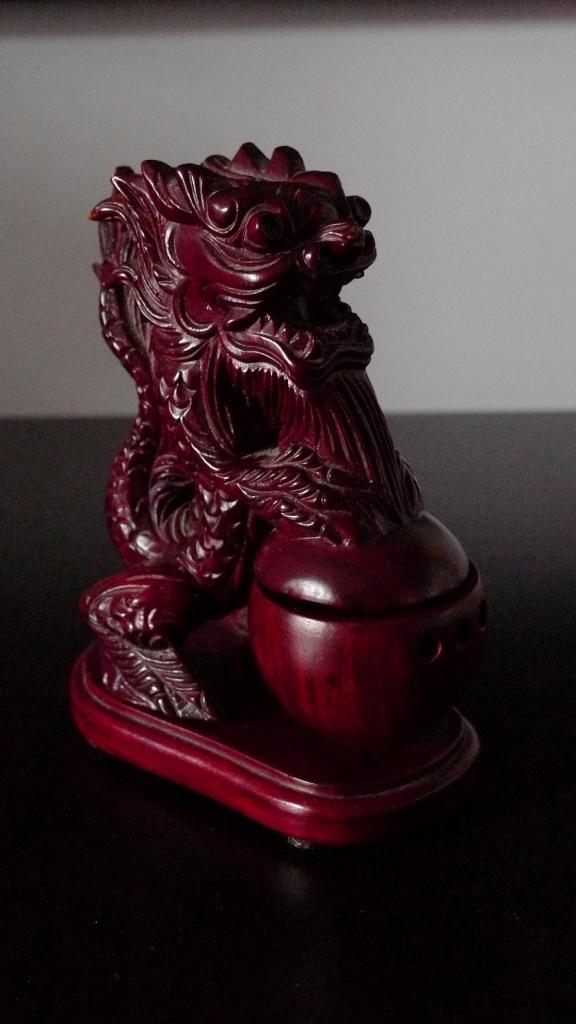 Дракон из красного дерева
