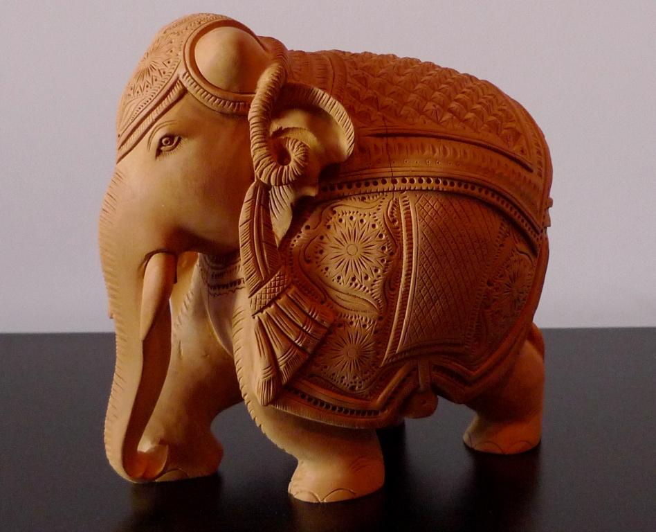 Слоник из индийского кедра