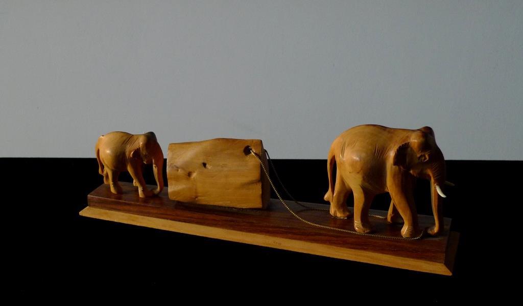 Композиция, слоны на помосте