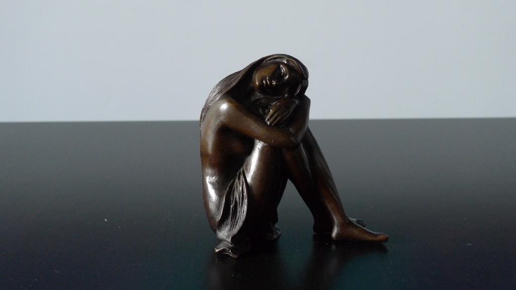Скульптура девушки из бронзы
