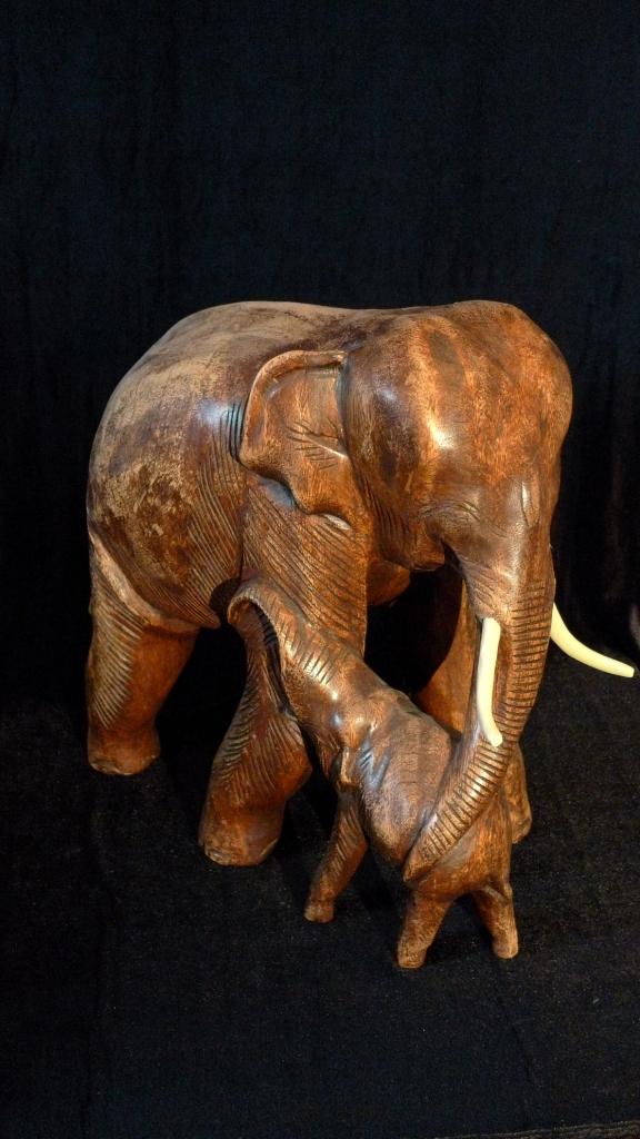 Скульптура, слониха и слоненок