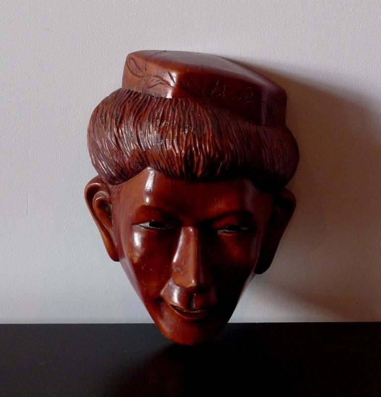 Винтажная маска из красного дерева