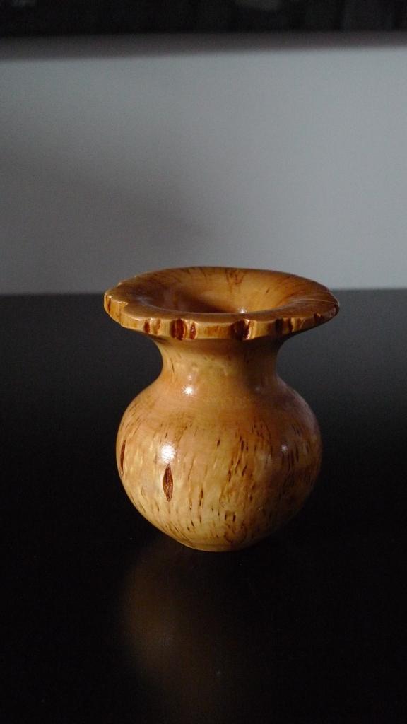 Небольшая вазочка из Карельской березы