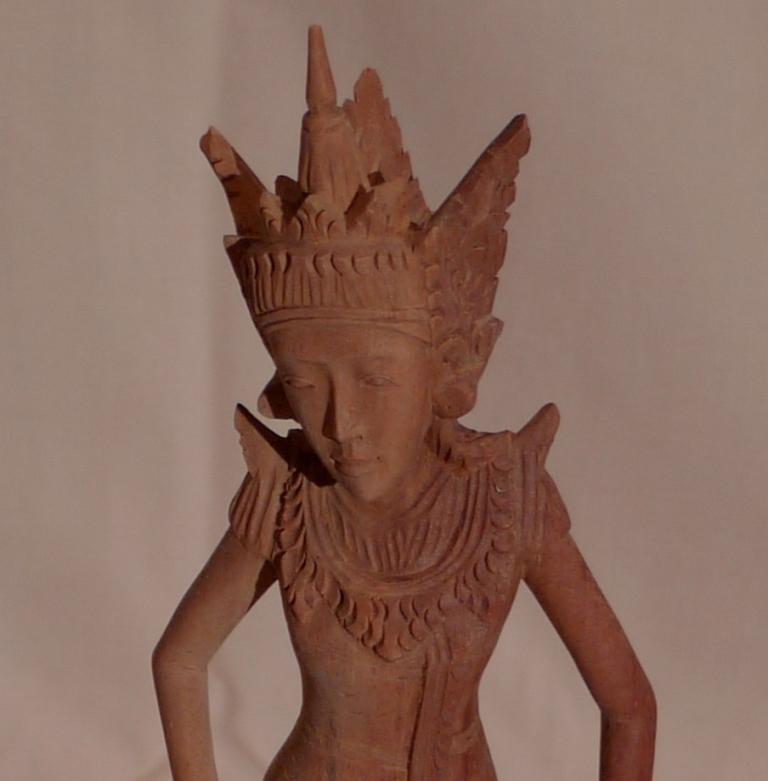 Скульптура девушки, двухцветный тик
