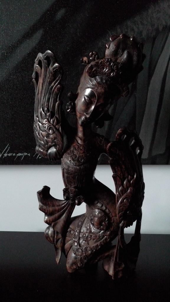 Скульптура юной девицы, о. Бали