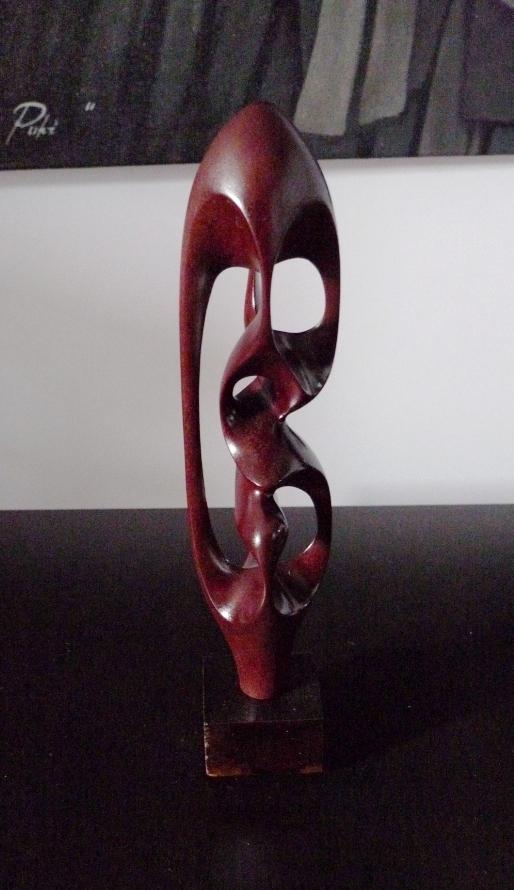 Резная скульптура из красного дерева