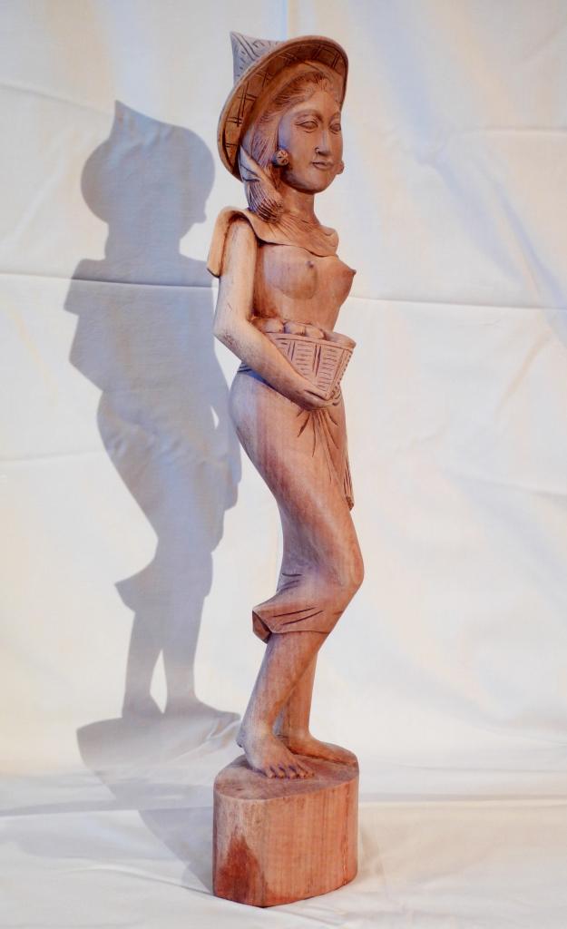 Скульптура из красного дерева
