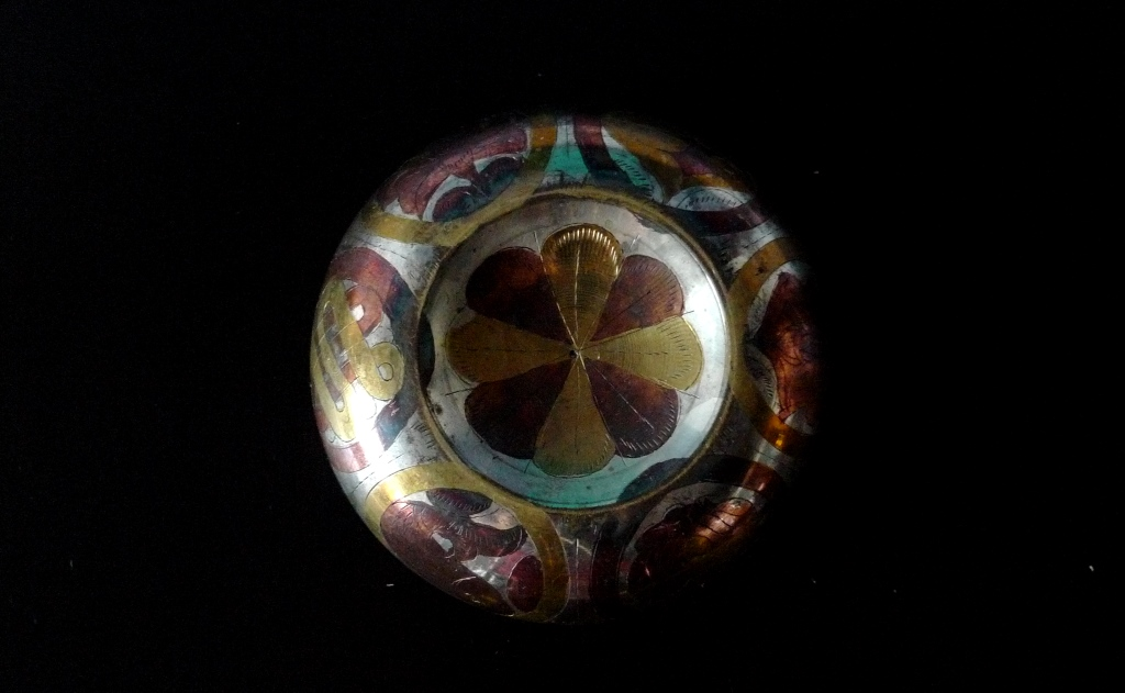 Тибетская поющая чаша, инкрустация