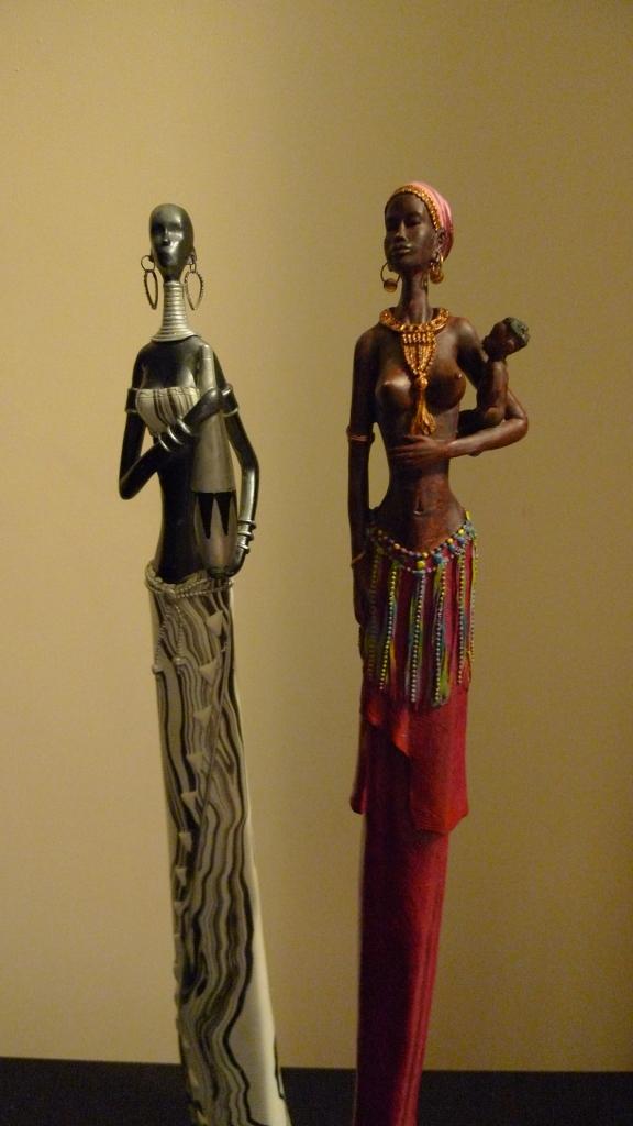 Африканская статуэтка женщины с ребенком