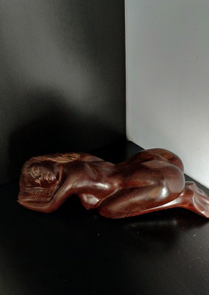 Скульптура девушки, красное дерево
