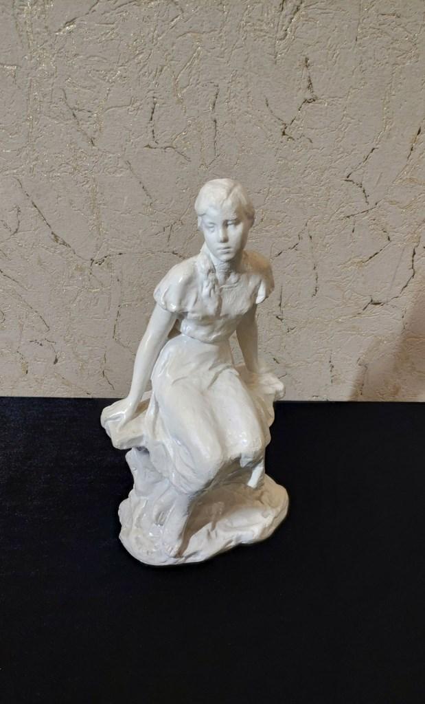 Авторская скульптура, Девушка на скамейке
